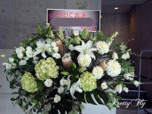 他の写真1: スタンド花-白とシルバーグリーンのスタンド花